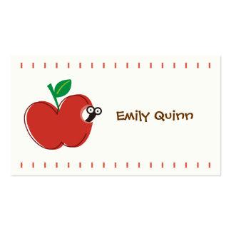 una manzana roja y un pequeño gusano tarjeta personal