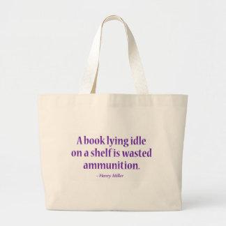 Una marcha lenta de mentira del libro en un bolsa tela grande