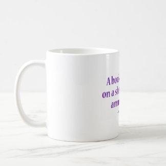 Una marcha lenta de mentira del libro en un estant tazas de café