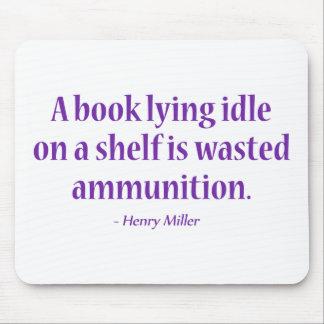 Una marcha lenta de mentira del libro en un alfombrilla de ratón