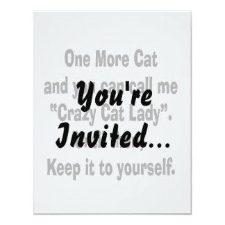 una más señora loca del gato del gato hasta invitación 10,8 x 13,9 cm