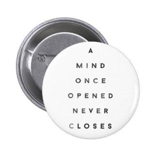 Una mente abierta una vez nunca se cierra pin redondo 5 cm