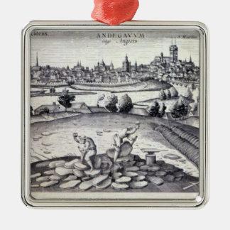 Una mina de pizarra adentro enoja, 1561 adorno cuadrado plateado