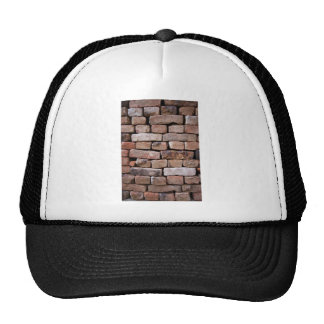 Una mirada más atenta a una pared de ladrillo gorros