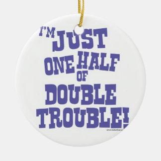 Una mitad de problema doble adorno navideño redondo de cerámica