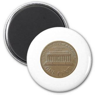 Una moneda del centavo aislada sobre el fondo blan imán para frigorifico