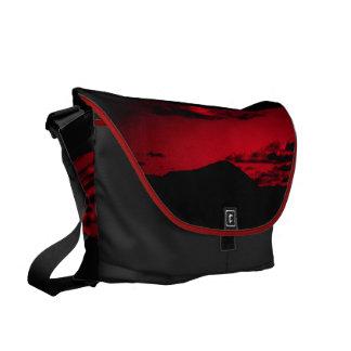 Una montaña debajo del bolso rojo 1 de la puesta bolsa de mensajeria