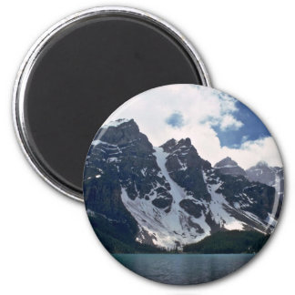Una montaña oscura con los remiendos de la nieve imanes para frigoríficos