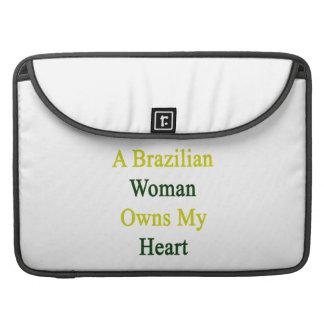 Una mujer brasileña posee mi corazón funda para macbooks