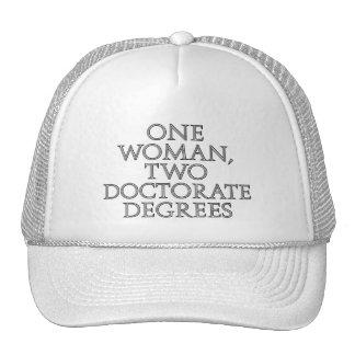 Una mujer, dos grados del doctorado gorros