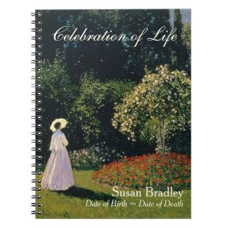 Una mujer en el jardín por el libro de visitas del spiral notebooks