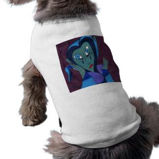 Una mujer en rasgones camiseta de perrito