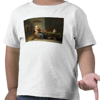 Una mujer en una cocina camiseta