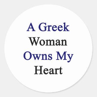 Una mujer griega posee mi corazón pegatina redonda