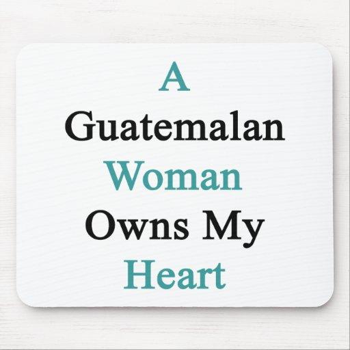 Una mujer guatemalteca posee mi corazón alfombrillas de ratones
