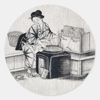 Una mujer japonesa, con un zapato etiqueta redonda
