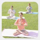 Una mujer joven que hace yoga pegatinas cuadradases personalizadas