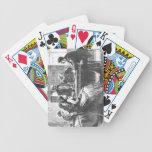 Una mujer negocia con un encargado de fábrica, ass barajas de cartas