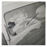Una mujer que conduce, c.1930s (fotograbado) azulejos ceramicos