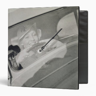 Una mujer que conduce, c.1930s (fotograbado)