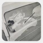 Una mujer que conduce, c.1930s (fotograbado) pegatina cuadradas personalizada