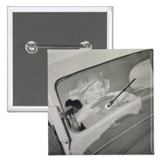 Una mujer que conduce c 1930s fotograbado pins