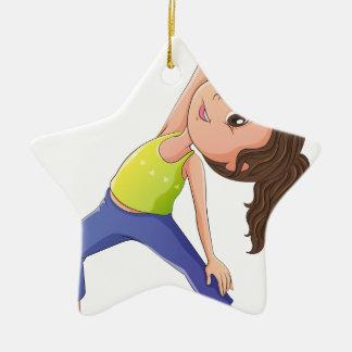 Una mujer que hace yoga adorno navideño de cerámica en forma de estrella
