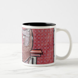 Una mujer que toma un juramento taza de café de dos colores
