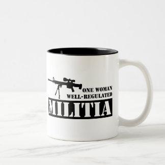 Una mujer reguló bien a la milicia taza de café