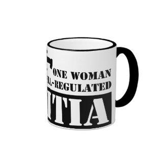 Una mujer reguló bien a la milicia taza