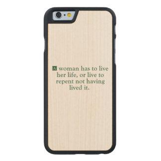 Una mujer tiene que vivir su vida funda de iPhone 6 carved® de arce