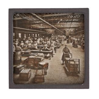 Una mujer WWI de la fábrica de las municiones Cajas De Regalo De Calidad
