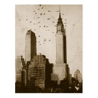 Una multitud de volar de los pájaros tarjeta postal