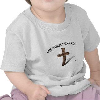 Una nación debajo de dios con la cruz rugosa camisetas