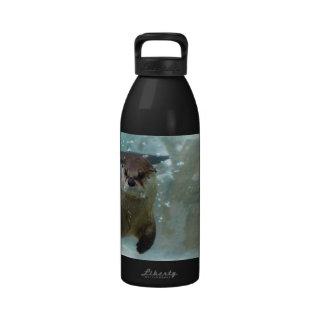 Una natación linda de la nutria de Brown en una Botella De Agua Reutilizable