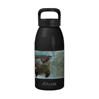 Una natación linda de la nutria de Brown en una Botella De Agua