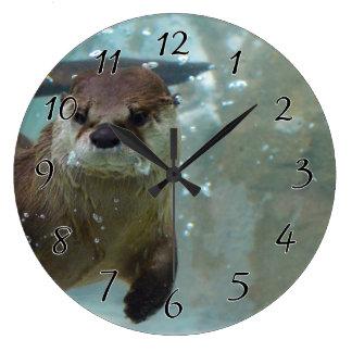Una natación linda de la nutria de Brown en una Reloj