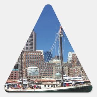Una nave en el puerto de Boston Pegatina Triangular