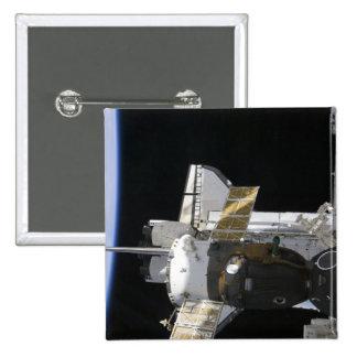 Una nave espacial atracada de Soyuz Pins