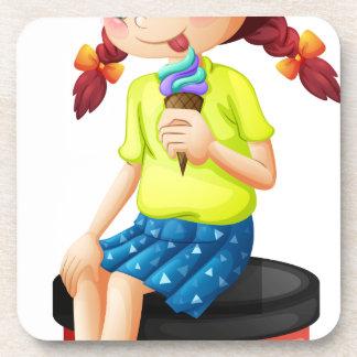 Una niña linda que come el helado posavaso