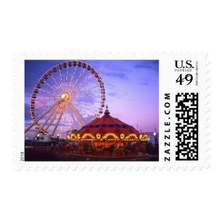 Una noria y un carrusel en el embarcadero de la sellos postales