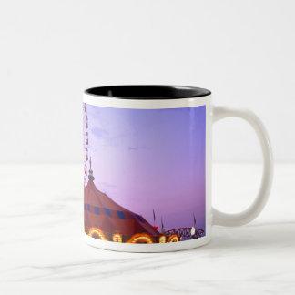 Una noria y un carrusel en el embarcadero de la taza de café de dos colores