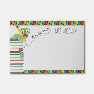 Una nota del profesor con un ratón de biblioteca nota post-it