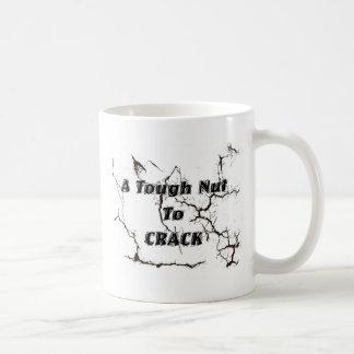 Una nuez dura a agrietarse taza clásica