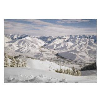 Una opinión de los esquiadores desde arriba de la  manteles individuales