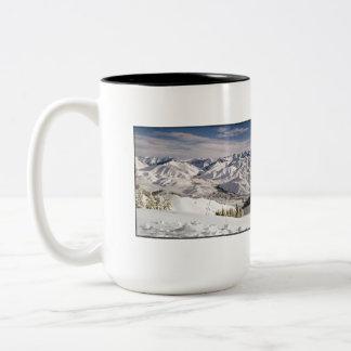 Una opinión de los esquiadores desde arriba de la taza de dos tonos