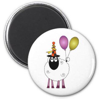 Una oveja linda en el tiempo del fiesta imán redondo 5 cm