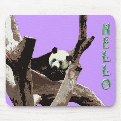 Una panda gigante de relajación en ramas de árbol alfombrilla de raton
