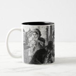 Una parte de huéspedes llega para visitar a la vie tazas de café