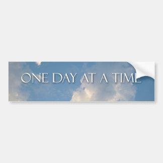 Una pegatina para el parachoques del día a la vez etiqueta de parachoque